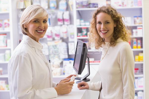 Farmaceuta uśmiechnięty kamery apteki medycznych szpitala Zdjęcia stock © wavebreak_media