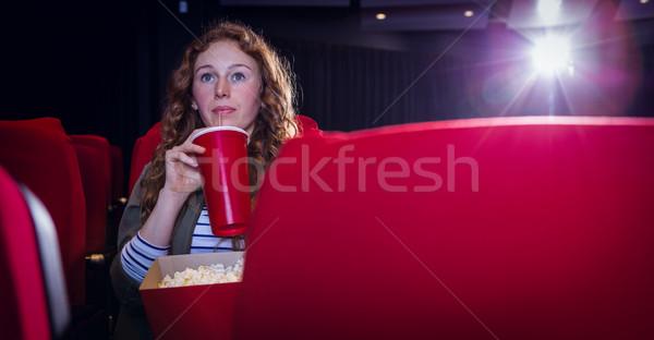 Jonge vrouw kijken film drinken soda bioscoop Stockfoto © wavebreak_media