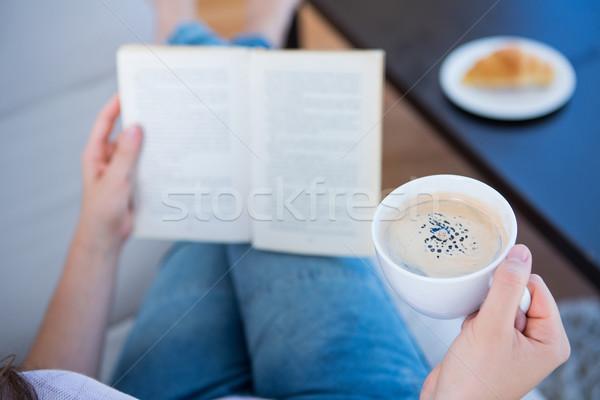 Mulher leitura livro copo café casa Foto stock © wavebreak_media