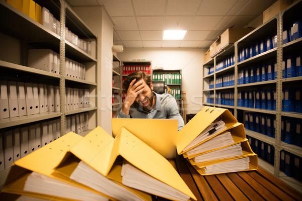 Frustrato imprenditore utilizzando il computer portatile file tavola Foto d'archivio © wavebreak_media