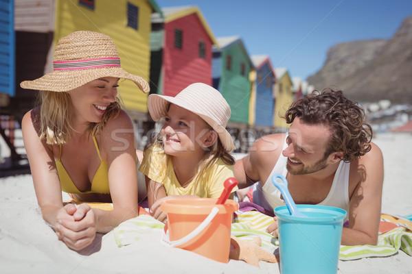 Boldog család pléd tengerpart napos idő nő család Stock fotó © wavebreak_media