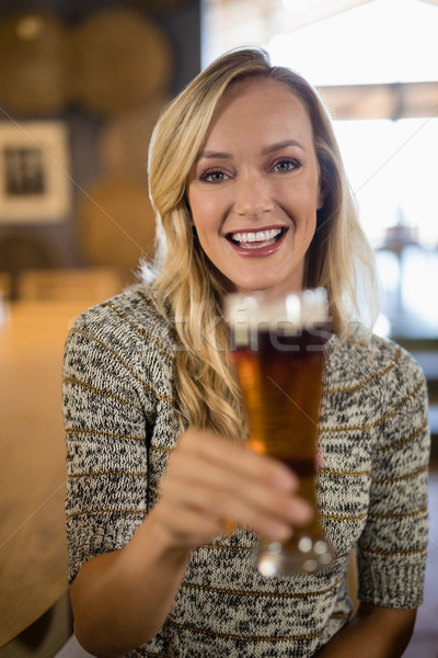 Gyönyörű nő tart üveg sör bár pult Stock fotó © wavebreak_media