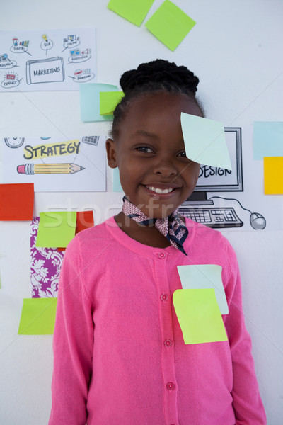 Portré mosolyog üzletasszony színes tapadó jegyzetek Stock fotó © wavebreak_media