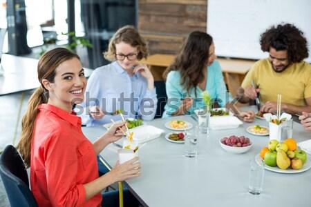 Mosolyog pincérnő tart finom étel konyha Stock fotó © wavebreak_media