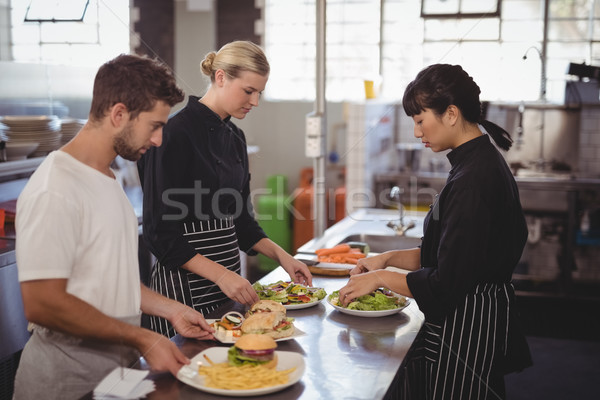 Jungen warten Personal frische Lebensmittel Platten Küchentheke Stock foto © wavebreak_media
