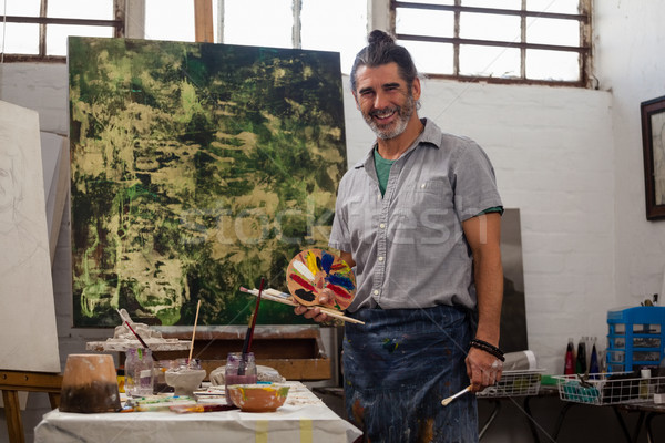 Portret man permanente palet penselen klasse Stockfoto © wavebreak_media