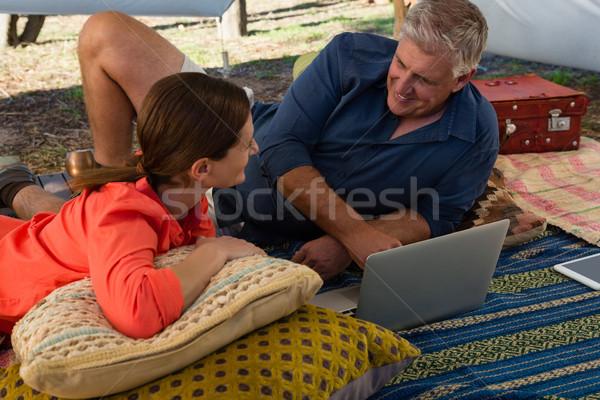 Człowiek kobieta za pomocą laptopa namiot dojrzały mężczyzna Zdjęcia stock © wavebreak_media
