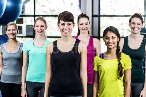 Dopasować uśmiechnięty grupy stałego prosto siłowni Zdjęcia stock © wavebreak_media