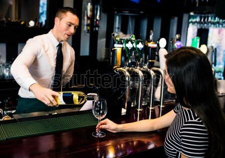 Barman drinken klant bar vrouw man Stockfoto © wavebreak_media