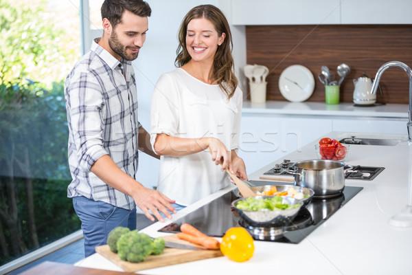 Férfi segít nő főzés étel otthon Stock fotó © wavebreak_media