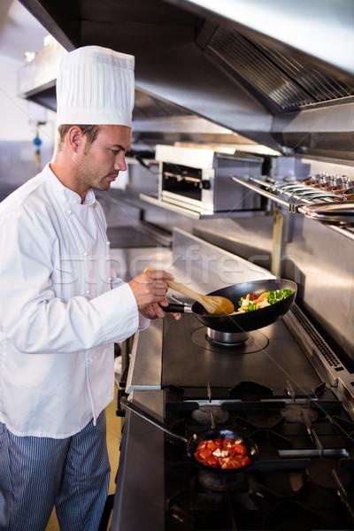 Szakács ételt készít konyha étterem férfi dolgozik Stock fotó © wavebreak_media