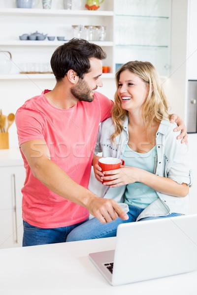 Usando laptop cozinha mulher internet casa Foto stock © wavebreak_media