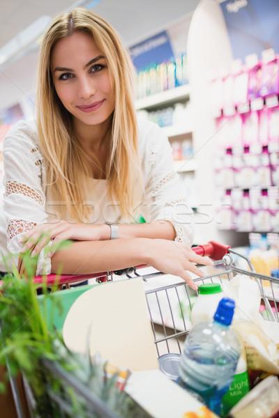 Uśmiechnięta kobieta supermarket pełny działalności kobieta żywności Zdjęcia stock © wavebreak_media