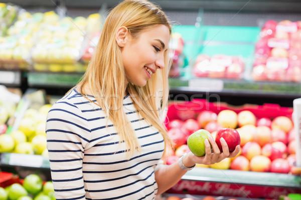 Vásárló piac tart gyümölcsök elöl polc Stock fotó © wavebreak_media