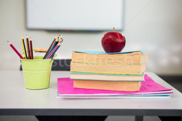 リンゴ 図書 デスク 主催者 表 教室 ストックフォト © wavebreak_media