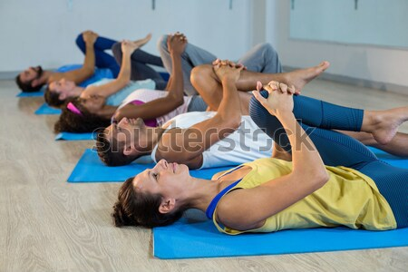 Yoga Ausbilder helfen Studenten korrigieren darstellen Stock foto © wavebreak_media