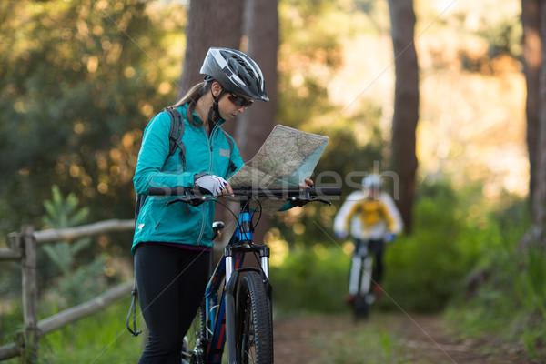Kadın bakıyor harita dağ bisikleti Stok fotoğraf © wavebreak_media