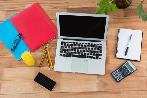 Iroda kellékek mobiltelefon laptop asztal üzlet Stock fotó © wavebreak_media