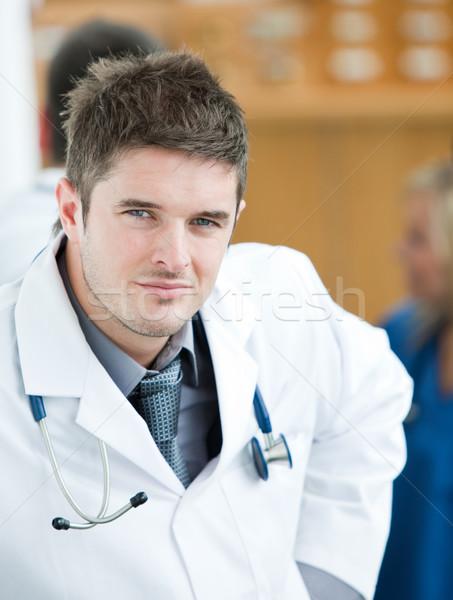 Retrato guapo cirujano equipo detrás sonrisa Foto stock © wavebreak_media