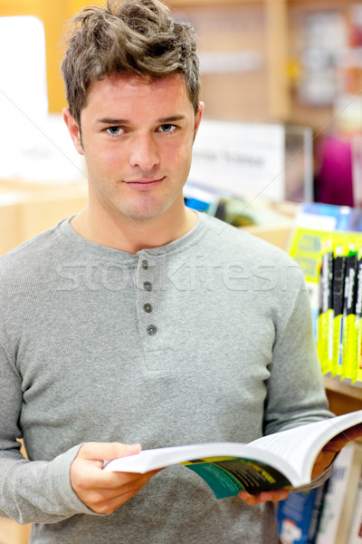 Grave joven lectura libro librería estudiante Foto stock © wavebreak_media