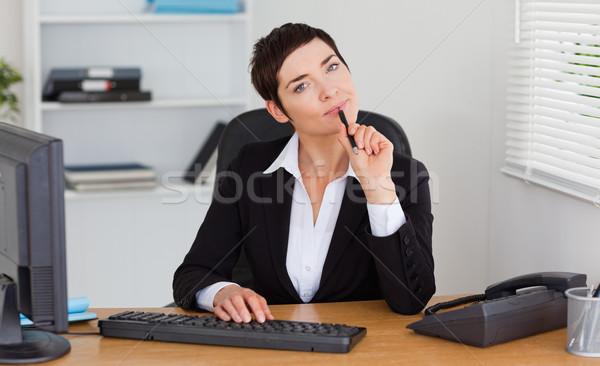 秘書 オフィス コンピュータ 女性 紙 ストックフォト © wavebreak_media