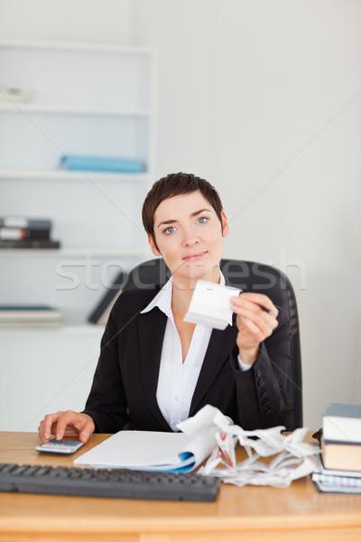 Portret kantoormedewerker boekhouding kantoor vrouw papier Stockfoto © wavebreak_media