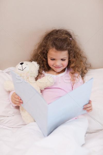 Mosolyog kislány olvas könyv gyermek otthon Stock fotó © wavebreak_media