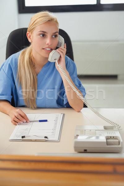 Női nővér tart telefon kórház recepció Stock fotó © wavebreak_media