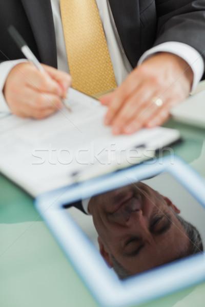 Refleksji cyfrowe tabletka ekranu człowiek biznesu piśmie Zdjęcia stock © wavebreak_media