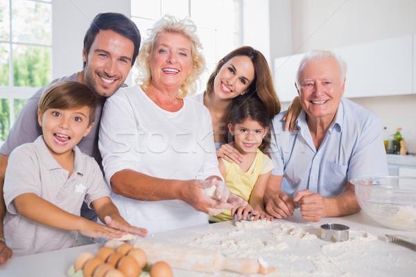 Sonriendo familia junto cocina mujer Foto stock © wavebreak_media