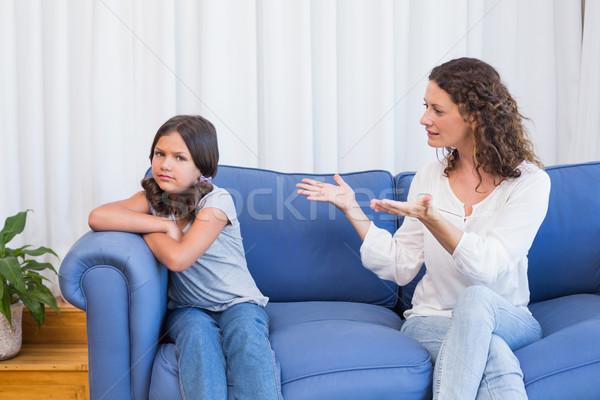 Zaklatott anya néz lánygyermek nappali nő Stock fotó © wavebreak_media
