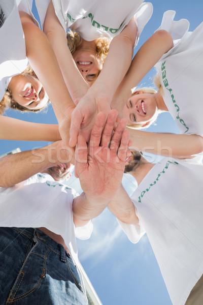 Gelukkig vrijwilligers handen samen blauwe hemel Stockfoto © wavebreak_media