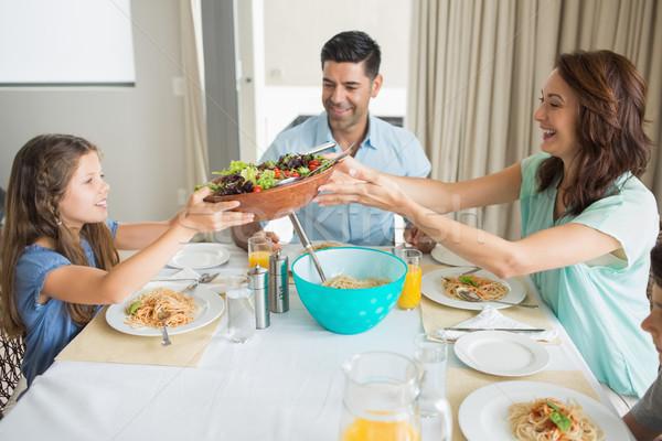 Fericit de familie trei şedinţei masa vedere laterala acasă Imagine de stoc © wavebreak_media