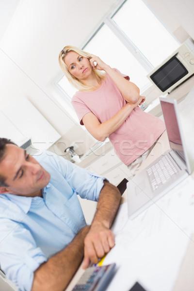Preocupado casal laptop cozinha casa Foto stock © wavebreak_media