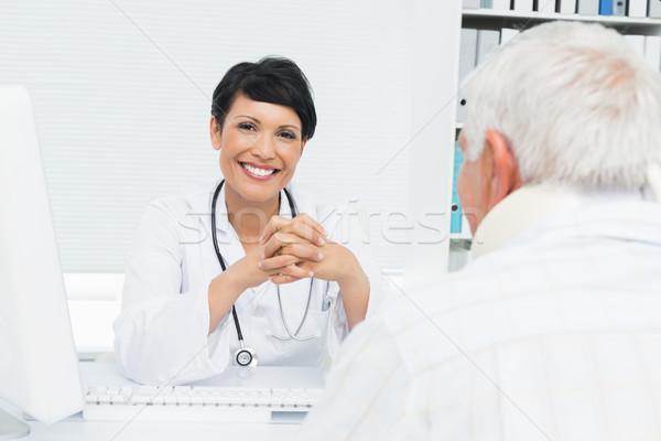 Portret glimlachend vrouwelijke arts senior patiënt Stockfoto © wavebreak_media