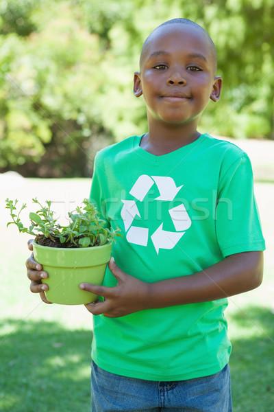 Kicsi fiú újrahasznosítás póló tart cserepes növény Stock fotó © wavebreak_media