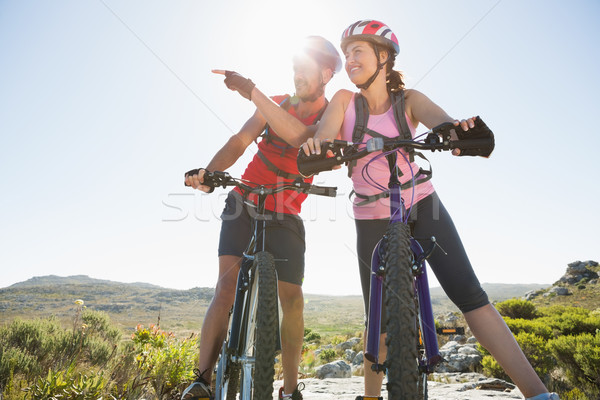 S'adapter cycliste couple regarder autour montagne Photo stock © wavebreak_media