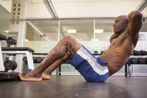 Muscular homem abdominal ginásio vista lateral Foto stock © wavebreak_media