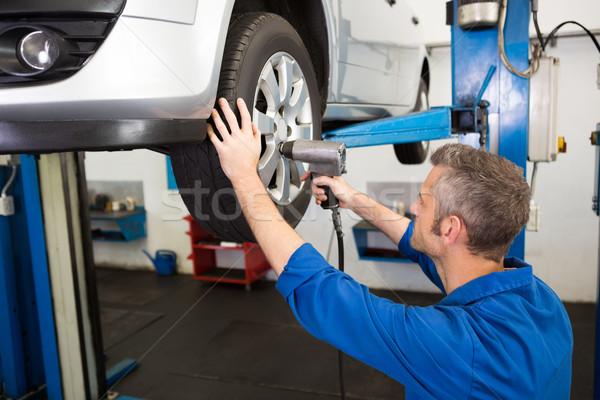Meccanico pneumatico ruota riparazione garage uomo Foto d'archivio © wavebreak_media
