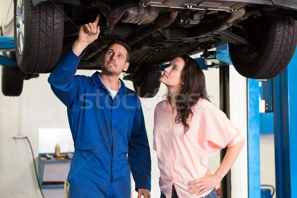 Monteur tonen klant probleem auto Stockfoto © wavebreak_media