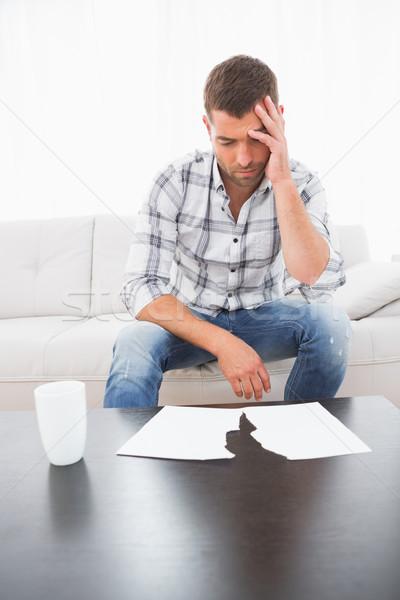 Homem olhando documentos sofá café Foto stock © wavebreak_media