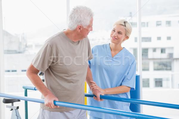 Starszy człowiek spaceru terapeuta pomoc fitness Zdjęcia stock © wavebreak_media