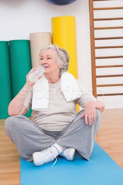 Starszy kobieta woda pitna wykonywania fitness studio Zdjęcia stock © wavebreak_media