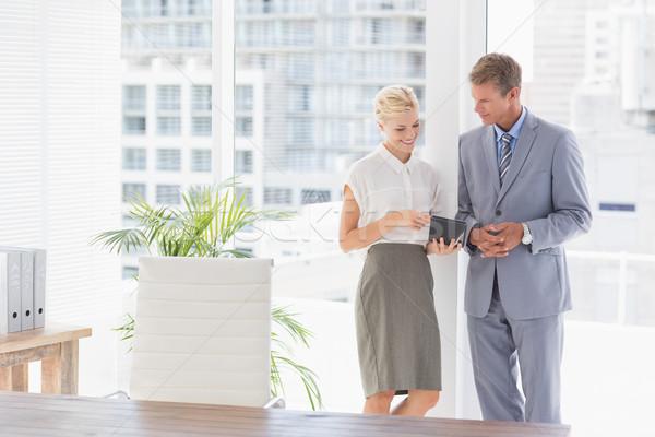 Zakenvrouw tonen iets kantoor man Stockfoto © wavebreak_media
