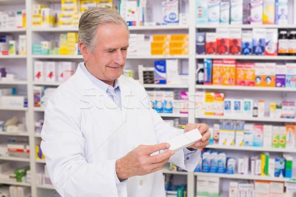 Farmaceuta polu pigułki czytania etykiety Zdjęcia stock © wavebreak_media