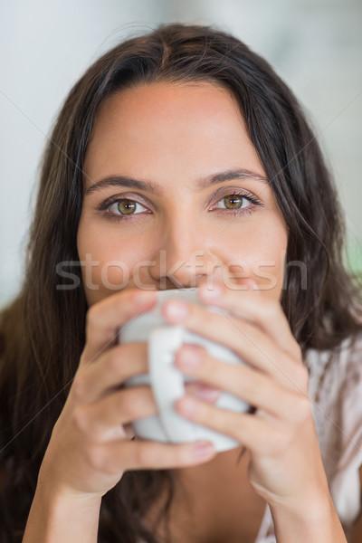 довольно брюнетка питьевой кружка домой дома Сток-фото © wavebreak_media