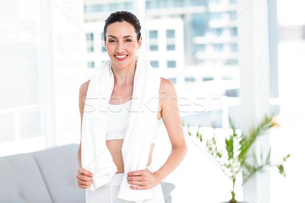 Bruna piedi asciugamano soggiorno donna felice Foto d'archivio © wavebreak_media