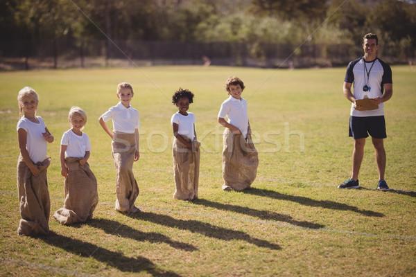 Portré edző iskolás lányok áll park zsák Stock fotó © wavebreak_media