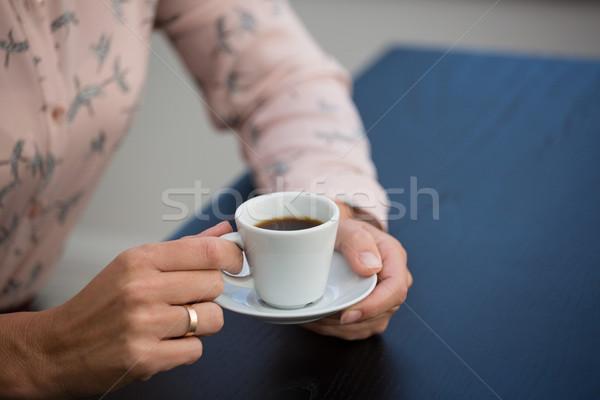 Mujer de negocios taza de café platillo Servicio Foto stock © wavebreak_media