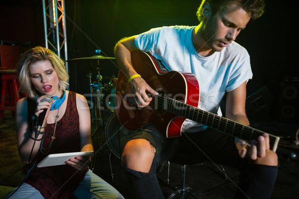 Feminino cantora cantando vintage microfone boate Foto stock © wavebreak_media